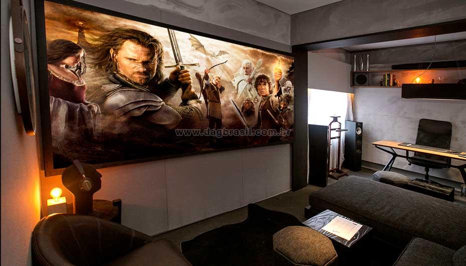 Moderna sala de home theater com home office integrado | DAg Brasil